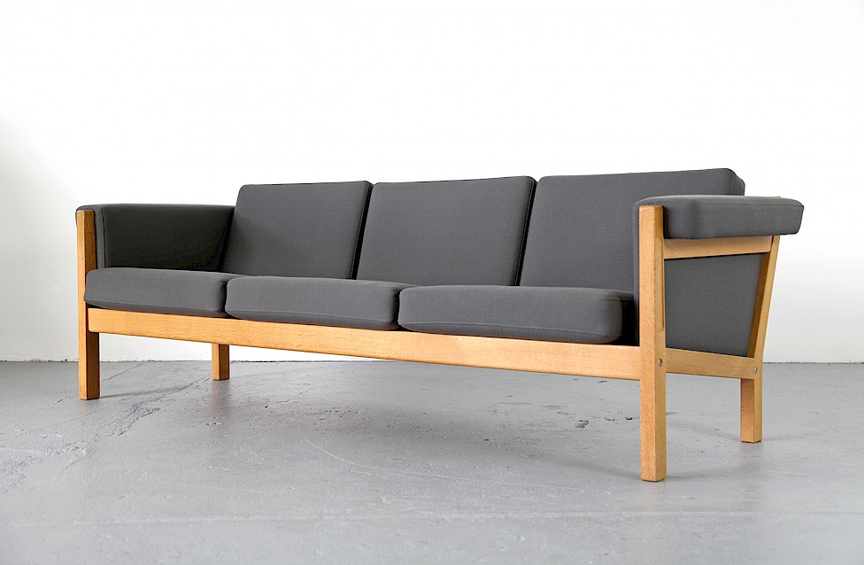 dreisitzer sofa ge 40 aus eiche von hans j wegner adore. Black Bedroom Furniture Sets. Home Design Ideas