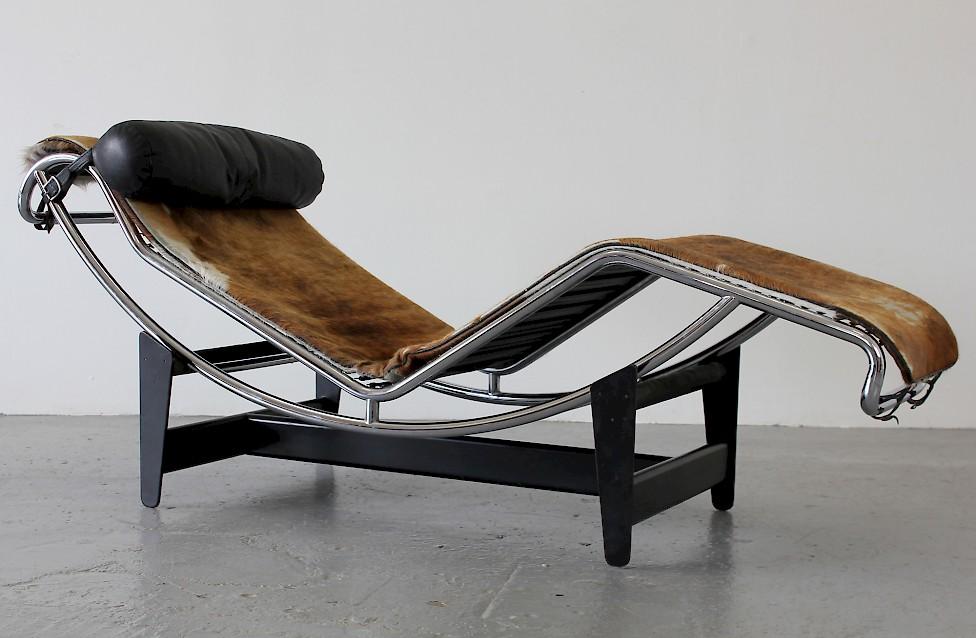 le corbusier liege mit fellauflage von 1970 adore modern. Black Bedroom Furniture Sets. Home Design Ideas