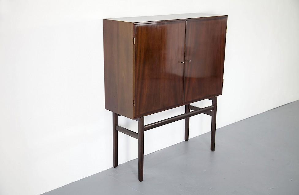 mahagoni schrank von ole wanscher adore modern. Black Bedroom Furniture Sets. Home Design Ideas