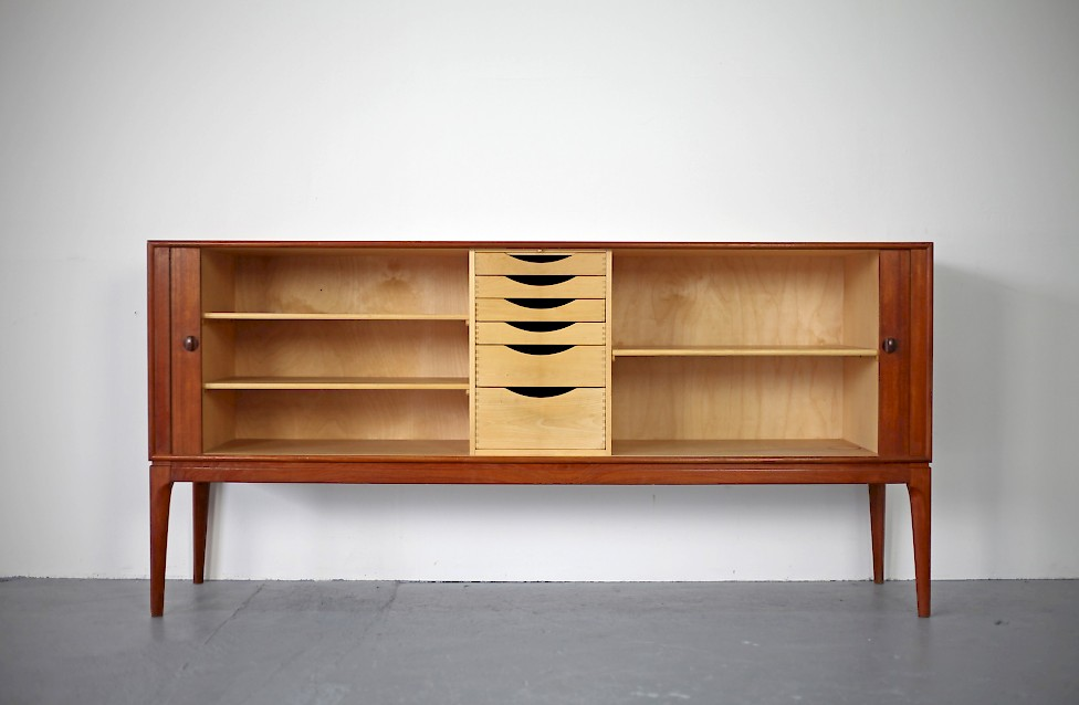 teak sideboard mit jalousien t ren adore modern. Black Bedroom Furniture Sets. Home Design Ideas